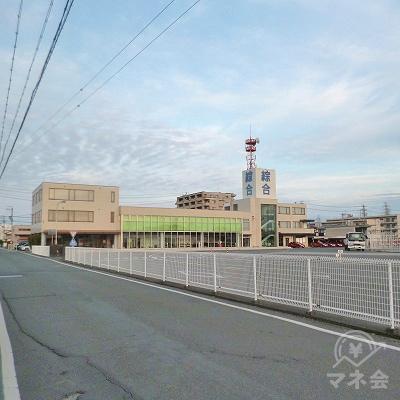 右手に綜合自動車学校を見ながら700mほど西進します。