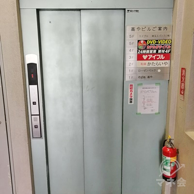 入口の奥にエレベーターがあります。