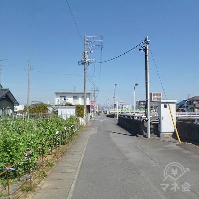 大通り沿いを歩きます。