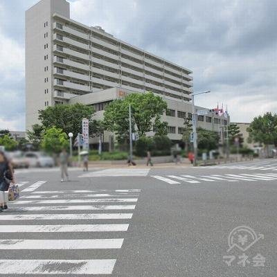 スクランブル信号の西区役所前交差点で対角に渡ります。