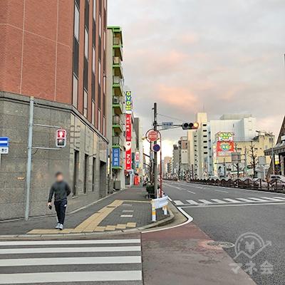 大通り沿いを150mほど進むと左手に看板が見えてきます。
