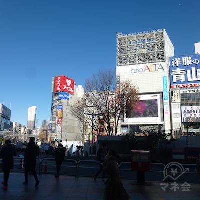 駅前です。新宿アルタの正面を目指します。