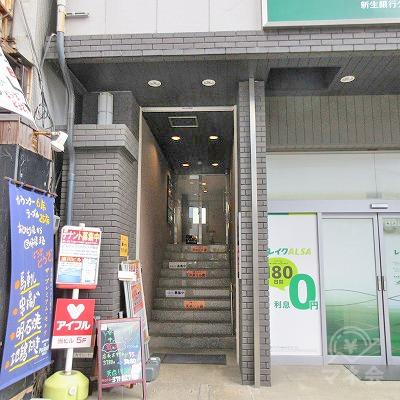 建物の左側に入口があります。