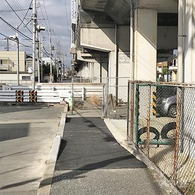 高架沿いの歩道を進み、突き当たりを右折します。