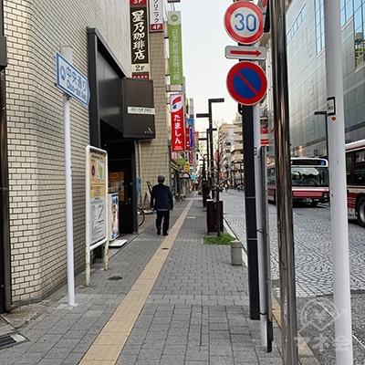 横断歩道を渡ったら右へ向かいます。