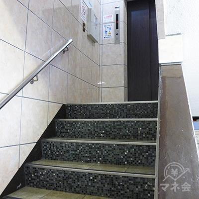 入口の階段を上がるとエレベーターがあります。レイクは3階です。