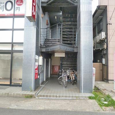 アイフルの入り口は、ビル正面に向かって右手の階段奥にあります。