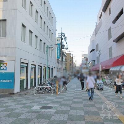 目の前にある三井住友信託銀行を左手に進みます。