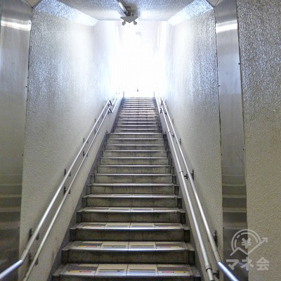 階段を上って地上へ向かいます。