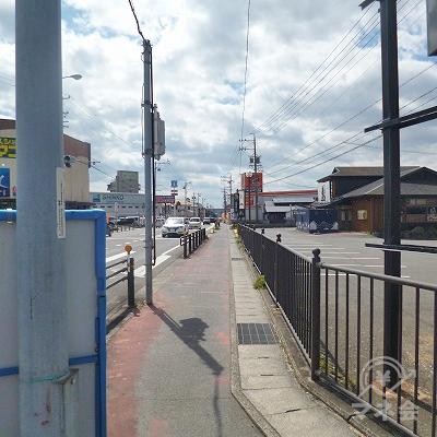 右折して、大通り沿いを約700m歩きます。