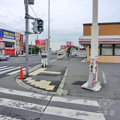 信号を渡りセブンイレブン沿いに進みます。