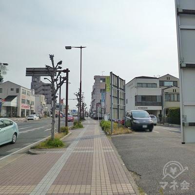 大通り沿いを600mほど直進してください。