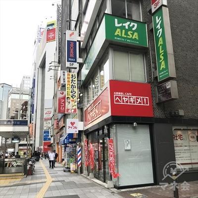 大通り歩道側からも白地に赤文字のアイフルの看板が見えます。