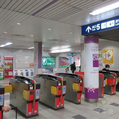 京都市営地下鉄、山科駅改札(1つのみ)を出て左へ行きます。