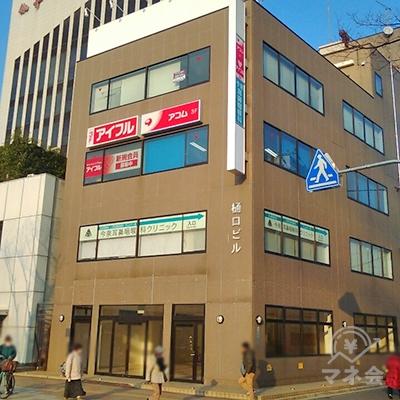 三菱UFJ銀行の隣の建物が目的地建物です。