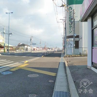 大通り沿いを450mほど直進します。