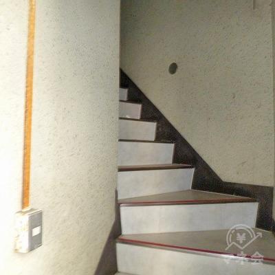 レイクALSAは2階です。階段で2階へ上ってください。