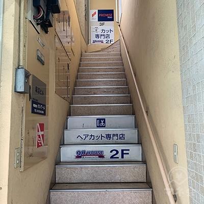 階段で3Fへ上がりましょう。