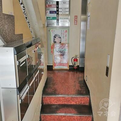 奥にエレベーターがありますので、階段を上がります。