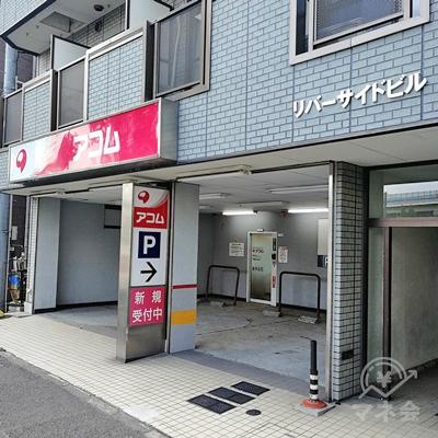 1階にアコムがあります。入口の前は駐車場です。