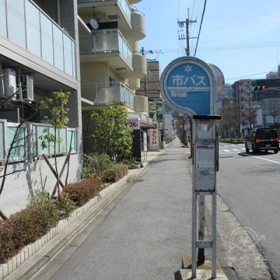 市バスの停留所あたりから、アコムの看板が見えます。