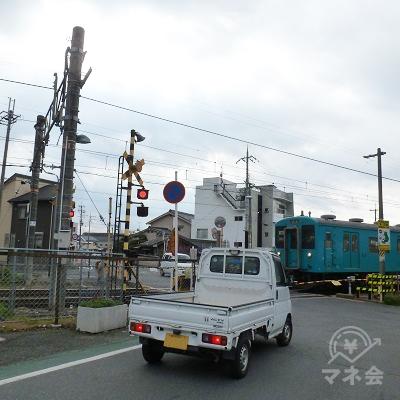 JR桜井線の踏切を渡ります。