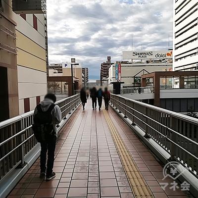 大きな歩道橋になっているので、渡りきるまでしばらく進みます。