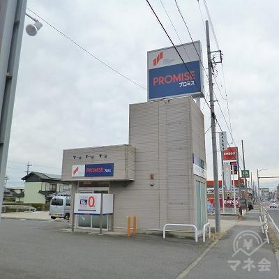 左手の駐車場の一角にプロミスの独立型店舗が現れます。