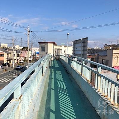 次に、横断歩道脇の歩道橋を反対側へ渡ります。