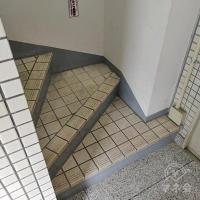 左側に階段があります。
