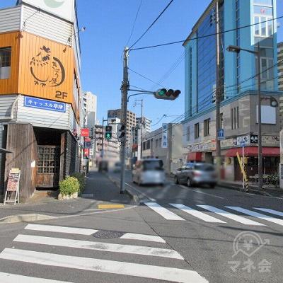同交差点角にある鶏の絵が描かれた黄色の看板を左手に進みます。