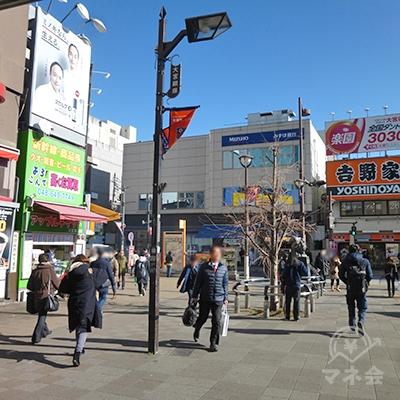 小さな駅前広場です。商店街に突き当たります。