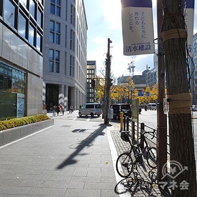 40m程歩き、交差点を左折します。横断歩道は渡りません。