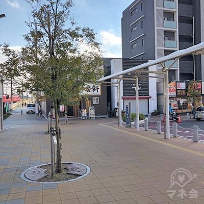 駅のロータリーを左側から歩いて進みます。