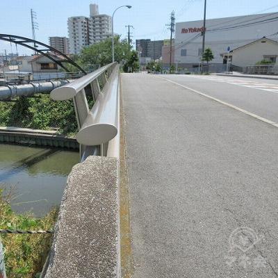 橋を渡ります。
