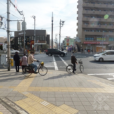 正面の広い道は「新なにわ筋」です。車の通行量は多いです。