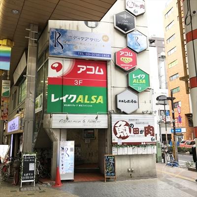 商店街入口すぐ右側のビルですので注意してください。
