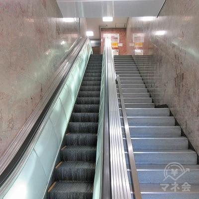 エスカレーターで2階にあがります。