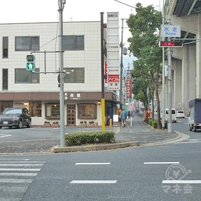 「水走」交差点を直進、横断歩道を渡ります。