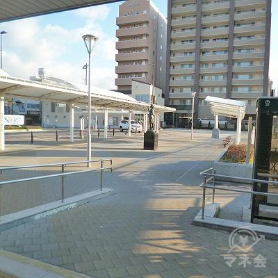 駅前のロータリーを右側から回り込むように進みます。
