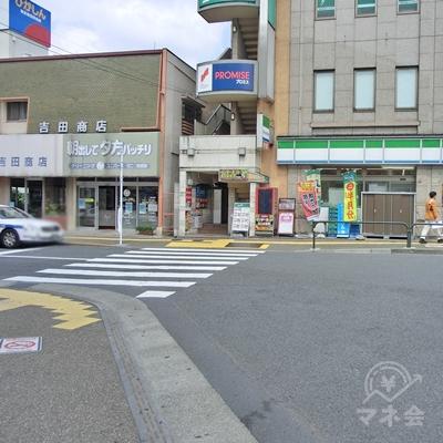 右に曲がるとすぐに横断歩道を渡ります。