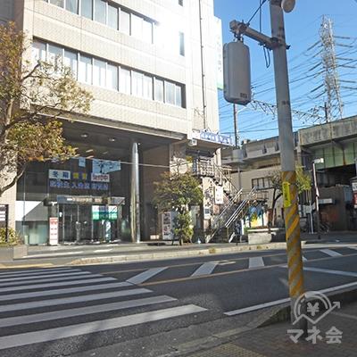 信号に出ます。早稲田予備校が目印です。右に進みます。