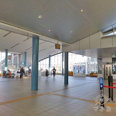 改札口がある駅2階の構内を進みます。