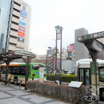 駅前広場からプロミスの案内看板が見えます。こちらは店舗ではありません。
