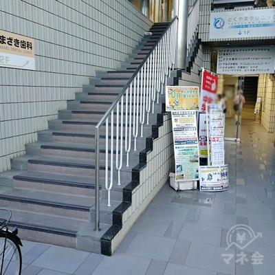 建物の右側に入口と階段があります。