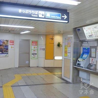 中改札口を出たら右折。自動切符売り場前を通って13番出口へ。