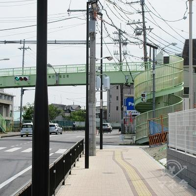 途中、「枚方松丘町」歩道橋の下を潜り、通過します。
