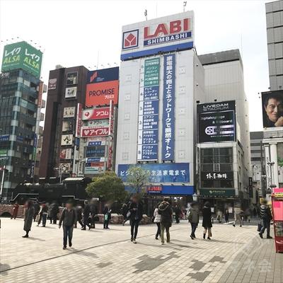 SL広場の向かい側、ヤマダ電機のビルの左にアコムの看板が見えます。