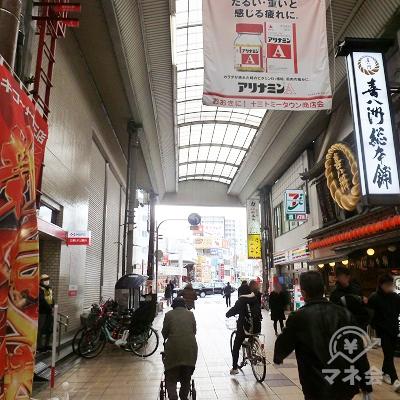 60m度の短い商店街を抜けます。