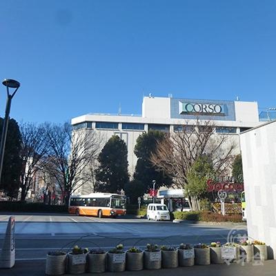 西口です。商業施設浦和コルソの奥にアイフルがあります。
